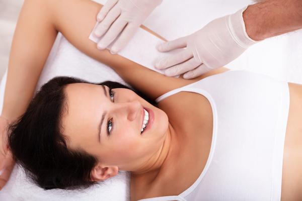 Jaka jest różnica między depilacją woskiem a pastą cukrową?